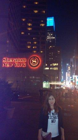 Sheraton New York Times Square Hotel: Vista nocturna de Times Square desde la entrada del Hotel