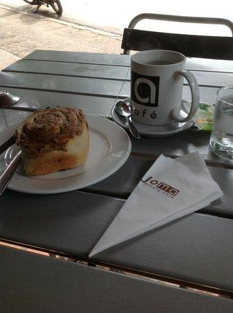Joma Bakery Cafe : เบเกอรี่หนึ่งชิ้น กะชาร้อน พอแล้วสำหรับมื้อเช้า
