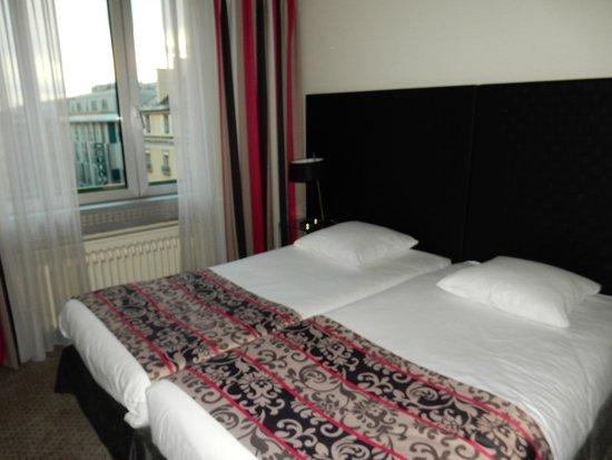 Suisse Hotel: ベッドはハリウッドにしてありますが、スペースを少し作ることが出来ました。