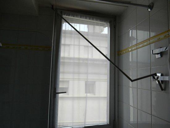 Suisse Hotel: この棒は? 窓が全開しないようにこんな風に使うと思っていたのですが、この棒をくるくる回してブラインドの上げ下げをします。