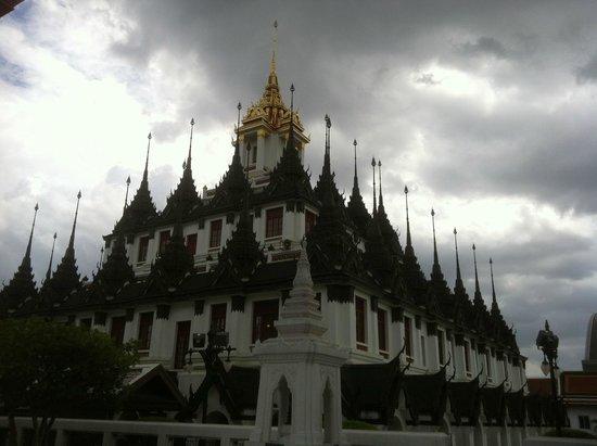 Wat Ratchanatdaram Woravihara (Loha Prasat): quasi inquitante