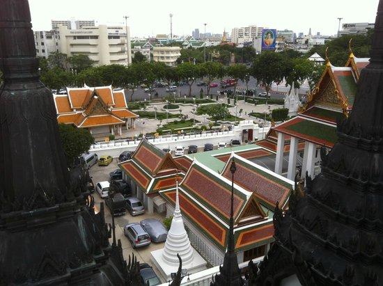 Wat Ratchanatdaram Woravihara (Loha Prasat): piazzale del Loha Prasat