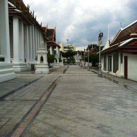 Wat Ratchanatdaram Woravihara (Loha Prasat): i viali del complesso ben tenuti e senza folla