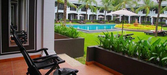 Shinta Mani Resort: Poolside verandah