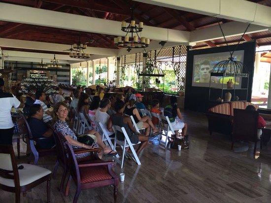 Paradisus Punta Cana Resort: Assisitndo Brasil X Alemanha no lobby