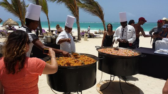 Paradisus Punta Cana: Chefs preparando uma deliciosa paella na praia