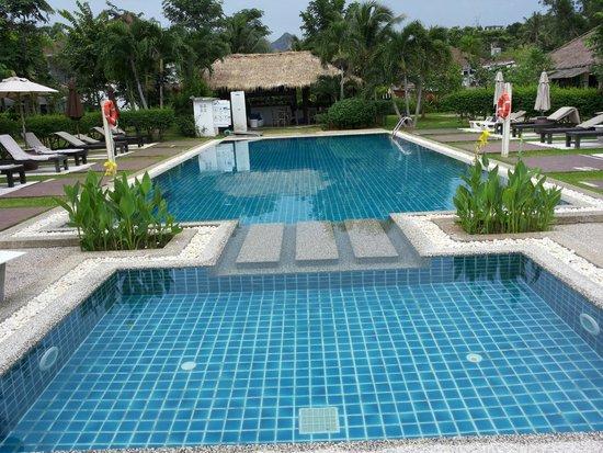 Krabi Aquamarine Resort & Spa: Pool and Bar (at bakc side)