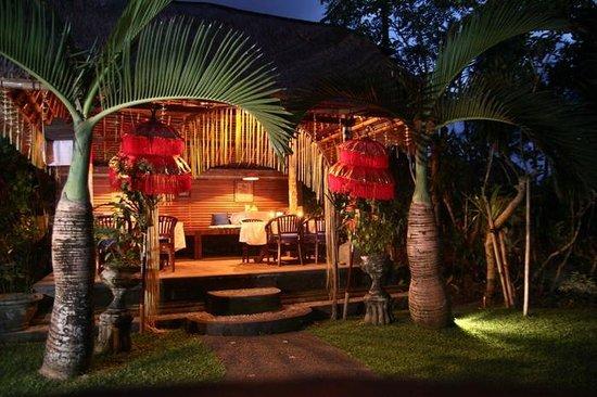 Cafe Wayan & Bakery : Garden Table evening Cafe Wayan