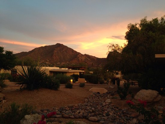 JW Marriott Scottsdale Camelback Inn Resort & Spa : View from my room patio!  Beautiful view of Camelback Mountain.