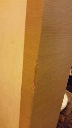 Xian Skytel Hotel: Wood cracked everywhere.