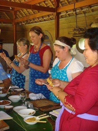 Cafe Wayan & Bakery : Making Sate
