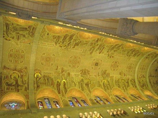 Sanctuaire Sainte-Anne-de-Beaupré : The ceiling mosaic art