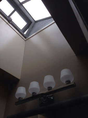 Motel Capri: Bathroom skylight (3rd floor)