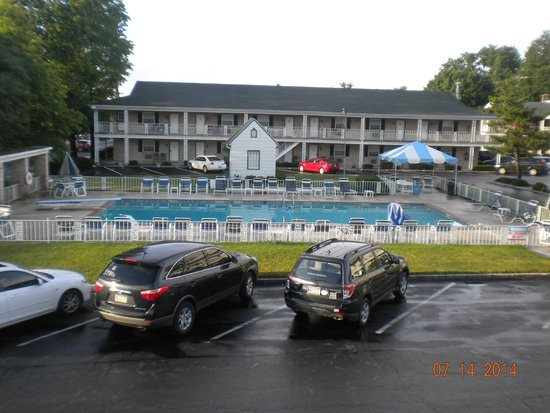 Quality Inn Gettysburg Battlefield : Pool area with one wing in background