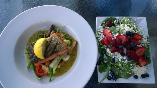 Beacon Landing Restaurant and Pub: Seared wild salmon and half spinach salad