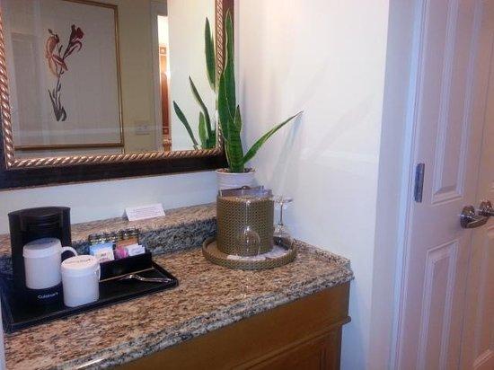 Balboa Bay Resort: Fridge, cofffee and safe