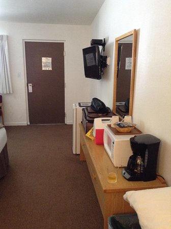 Big Iron Motel: Desik Area with Fridge and Microwave