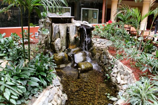 Embassy Suites by Hilton San Juan Hotel & Casino: Atrium pond and waterfall.