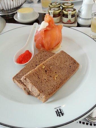 Sofitel Legend Metropole Hanoi : Club Lounge breakfast smoked salmon and caviar