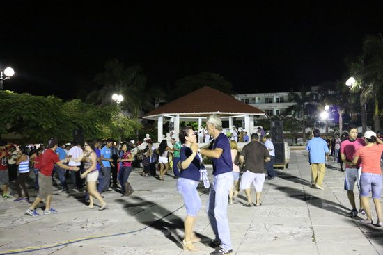 Coral Princess Golf & Dive Resort: sunday local music and dancing in the square