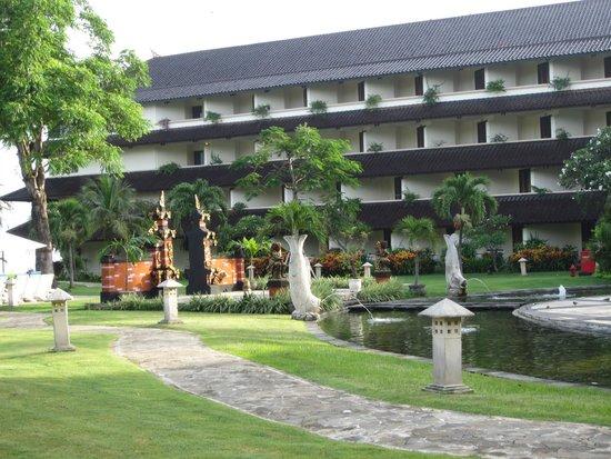 Discovery Kartika Plaza Hotel: hotel grounds