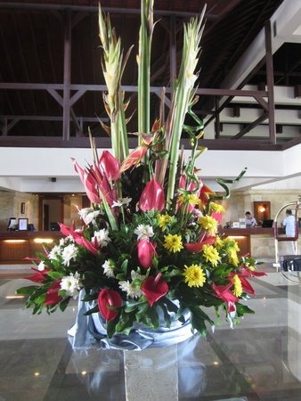 Discovery Kartika Plaza Hotel: Beautiful fresh flowers in the front lobby