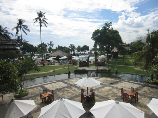 Discovery Kartika Plaza Hotel: view from the lobby over the breakfast  area & pool across to the beach