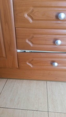 Rubimar Suite ApartHotel: Broken draws. Never fixed. Cleanliness and maintenance is shocking!
