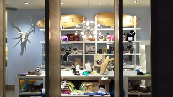 The Modern Honolulu : Swanky souvenir shop