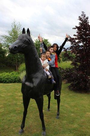Georges Blanc Parc & Spa : jun parc avec sculpture grandeure nature