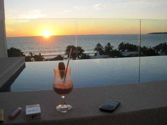 Marival Residences Luxury Resort Nuevo Vallarta: rooftop pool/bar