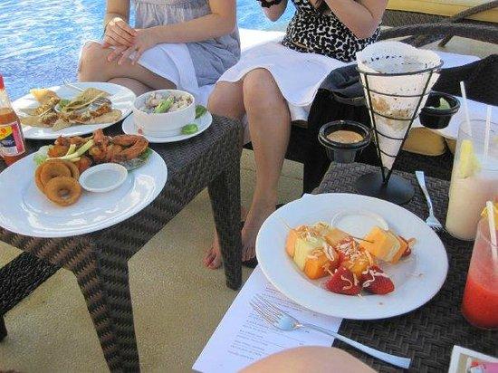 Marival Residences Luxury Resort Nuevo Vallarta: pool side grubbing