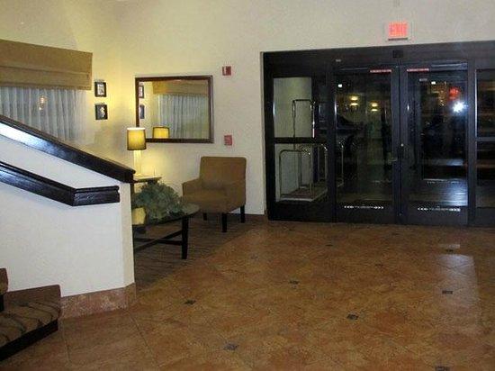 Sleep Inn at Miami International Airport: Lobby pequeño, pero agradable