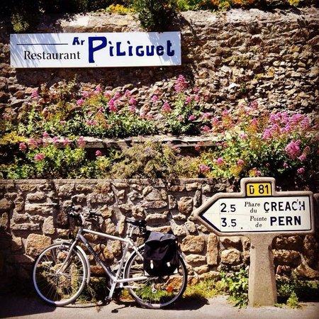 Ar Piliguet : Place de l'église, derrière le mur : le jardin, la table d'hôte et le restaurant !