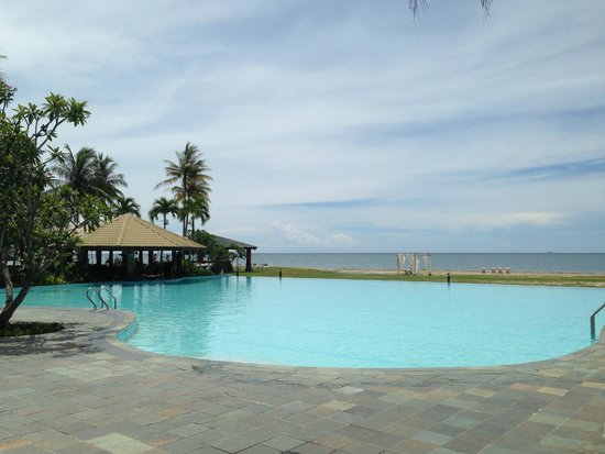 Palm Beach Resort & Spa: Nice enough pool and view. Shabby hotel