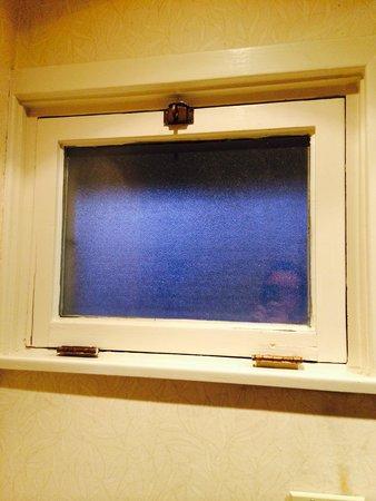 Fairmont Jasper Park Lodge: Bathroom Window