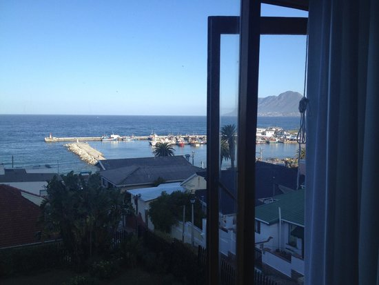 Chartfield Guest House: Late afternoon view of Kalk Bay Harbour from the room