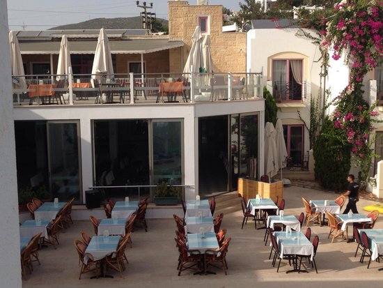 Hotel Serpina : View from balcony of 208 toward the bar, restaurant and breakfast terrace.