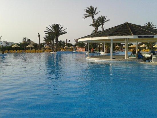 Djerba Holiday Beach : bar della piscina