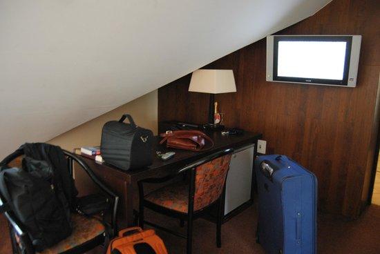 Amberton Cozy : Zona scrivania in camera mansardata