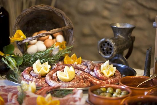 Borgo Deodato Azienda Agrituristica: Tavola apparecchiata con i prodotti del Borgo 1