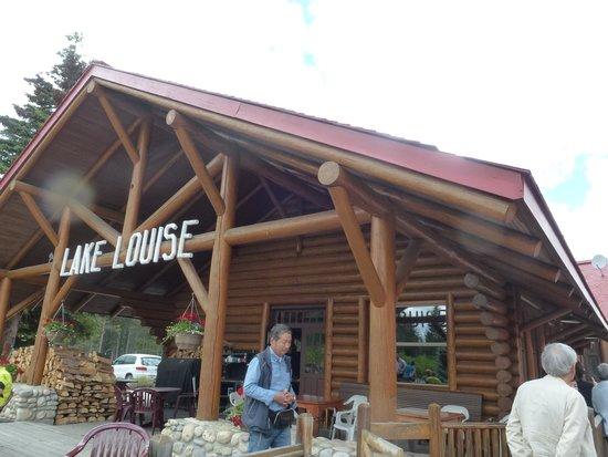 Lake Louise Station Restaurant: 外に出れば客車が見られます