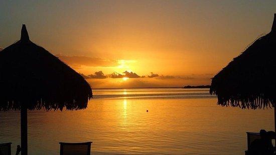 InterContinental Moorea Resort & Spa: Beautiful sunset on the beach
