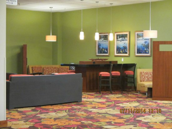 Courtyard by Marriott King Kamehameha's Kona Beach Hotel: Lounge area where you can print your boarding pass, watch TV, hangout with friends and family.
