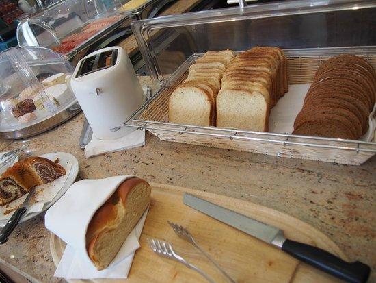 Westbahn Hotel: トーストにパプリカときゅうり、チーズをはさんでサンドにして食べました