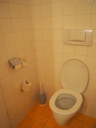 Arthotel ANA Westbahn: トイレとお風呂は広々
