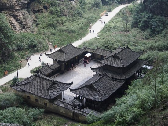 Wulong Tiankeng Three Bridges: the ancient hotel