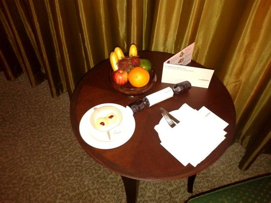 Plaza Athenee Bangkok, A Royal Meridien Hotel: I never will get tired of this welcome treat-almost don't want to eat