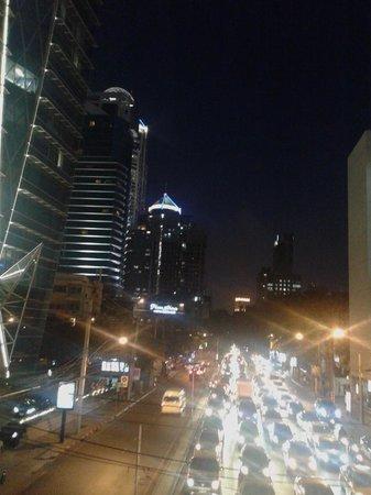 Plaza Athenee Bangkok, A Royal Meridien Hotel : street scene