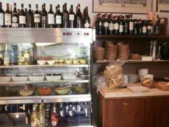 Trattoria la Fiasca: View of wines and desserts